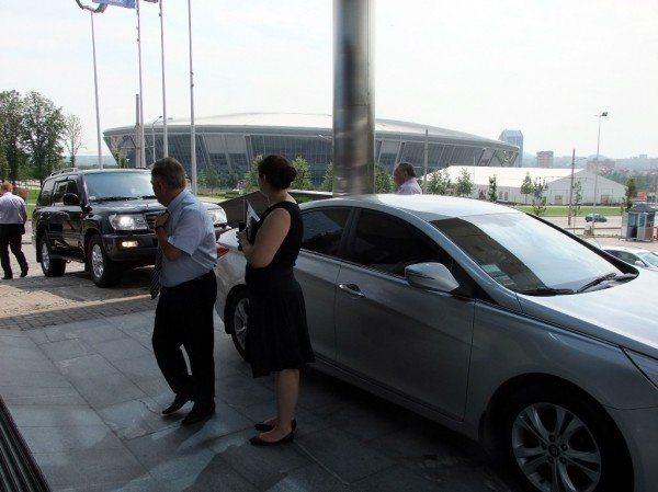 Лидер КПУ перемещался по Донецку в сопровождении джипа с охраной и «скромно» пришел на пресс-конференцию с швейцарскими часами (фото), фото-1