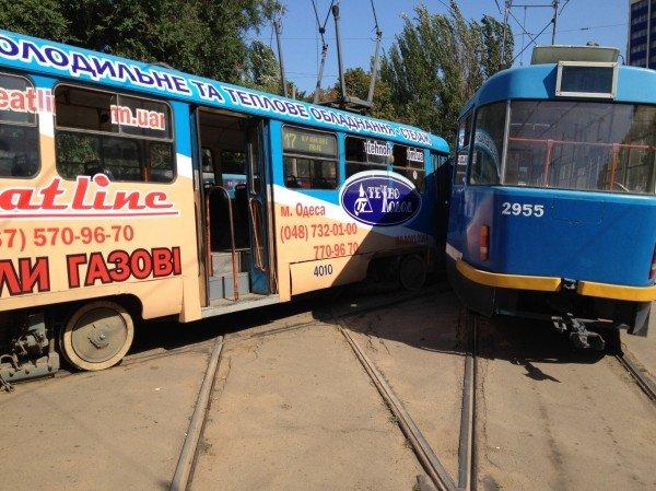Одесса сходит с ума: на Куликовом поле трамваи не поделили рельсы (фото), фото-1