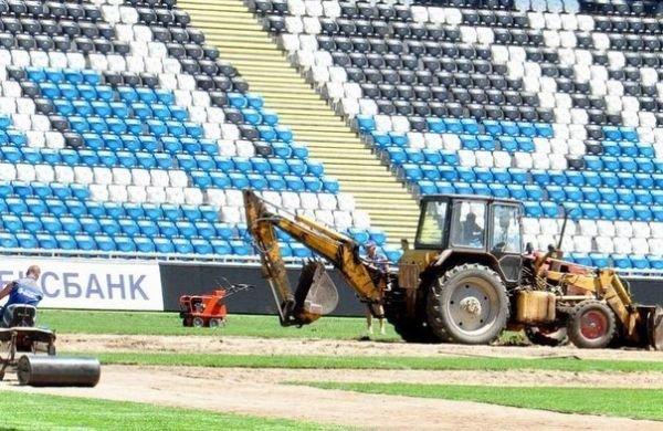 На стадионе «Черноморец» полностью меняют газон, фото-1