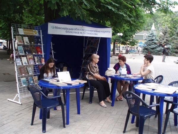 На центральной улице Николаева работает мобильная библиотека, фото-1