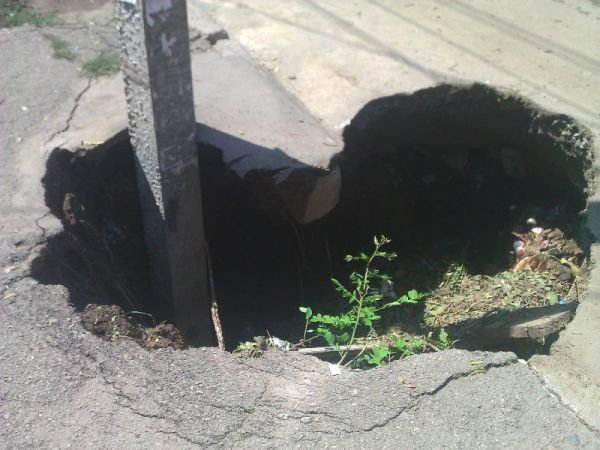 На Одесщине нерадивые коммунальщики ловят людей в двухметровые ямы (Фото), фото-2