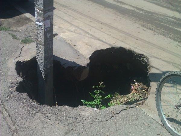 На Одесщине нерадивые коммунальщики ловят людей в двухметровые ямы (Фото), фото-1
