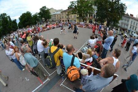 Перед львівською Оперою зіграли у баскетбол (ФОТО), фото-1