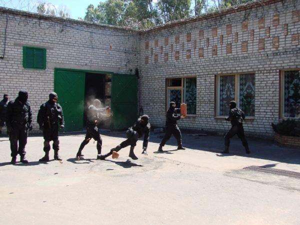 Спецанз обезвредил преступников, взявших в заложники сотрудников Артемовского СИЗО (ФОТО), фото-11