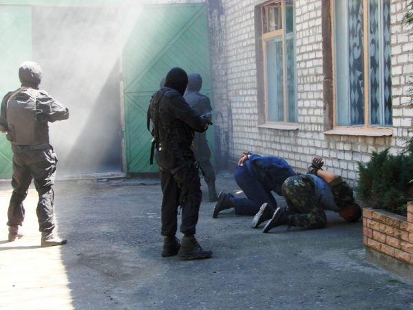 Спецанз обезвредил преступников, взявших в заложники сотрудников Артемовского СИЗО (ФОТО), фото-5