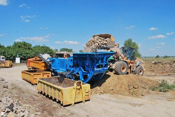 В Донецке депутаты лично убедились в эффективности установки по переработке строительного мусора (ФОТО), фото-1