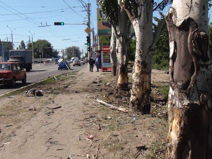 В Мариуполе «ВМW» врезалось в дерево, устроив масляный каток на Набережной (ФОТО), фото-2
