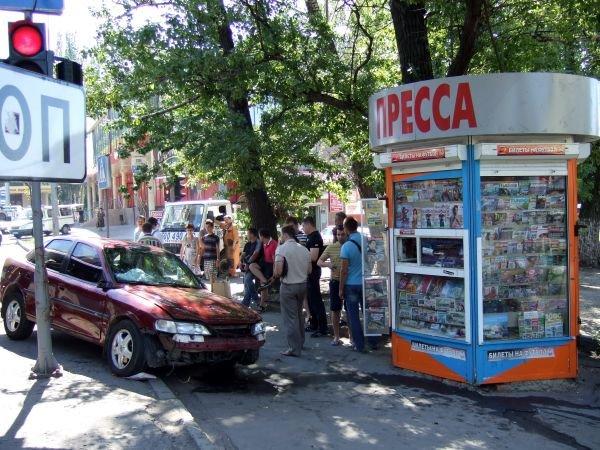 В Донецке любознательный «опель» напал на газетный киоск (ФОТО), фото-1