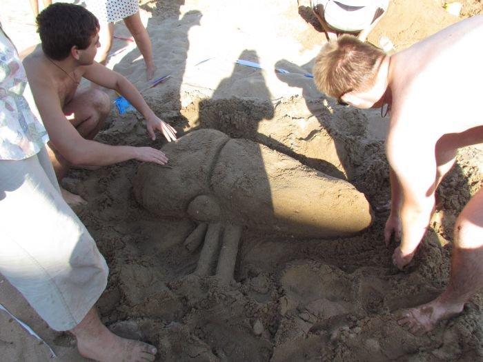 Мариупольцы слепили из песка печень, фотоаппарат и настоящего русала (ФОТО), фото-3