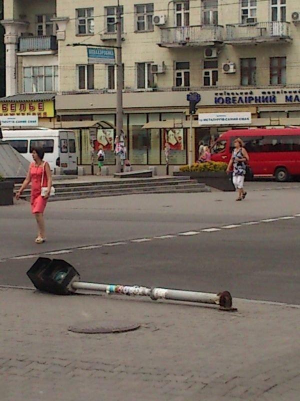 ФОТОФАКТ: В Запорожье кто-то шатал коммунальный светофор, фото-1