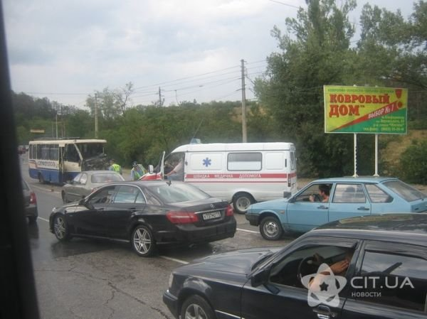 На выезде из Симферополя не разминулись грузовик и пассажирский автобус (фото), фото-1