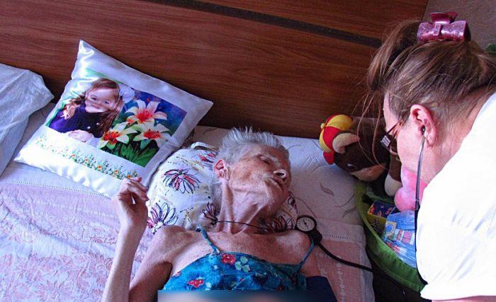 В Мариуполе спасли старушку, 5 дней пролежавшую под дверью собственной квартиры (ФОТО), фото-2