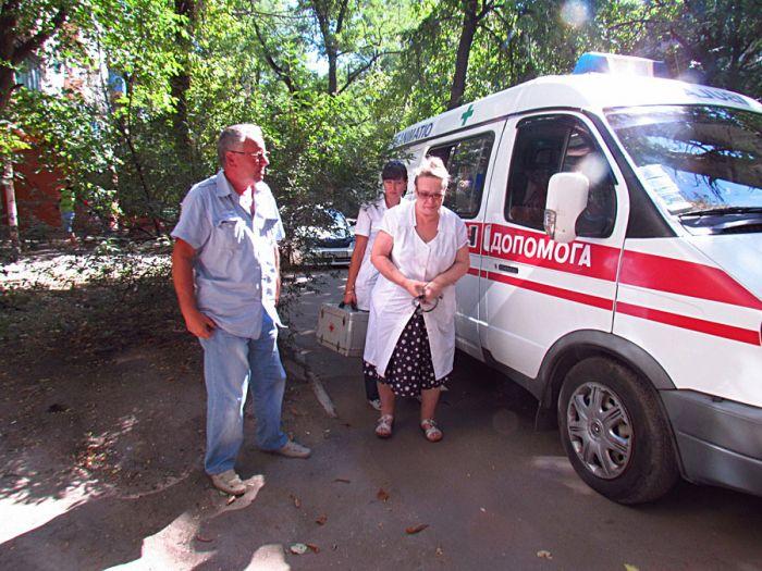В Мариуполе спасли старушку, 5 дней пролежавшую под дверью собственной квартиры (ФОТО), фото-1