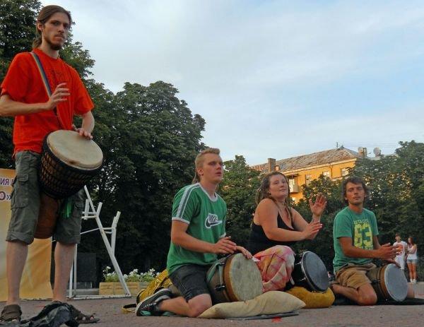 В центре Луганска прошло «подушечное побоище» (ФОТО, ВИДЕО), фото-1