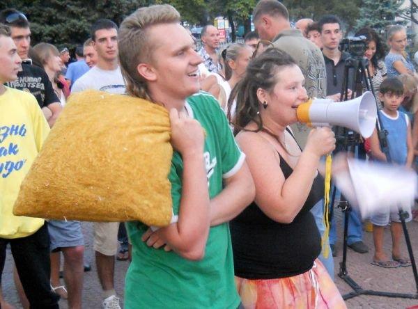 В центре Луганска прошло «подушечное побоище» (ФОТО, ВИДЕО), фото-4