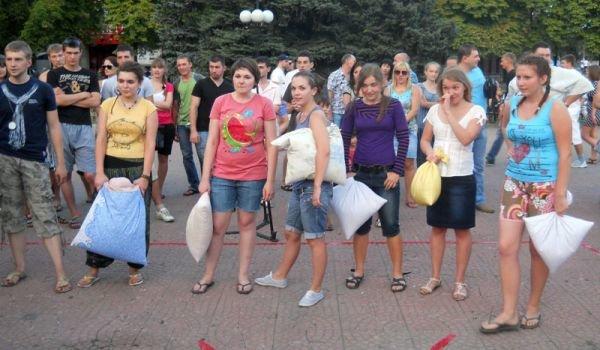 В центре Луганска прошло «подушечное побоище» (ФОТО, ВИДЕО), фото-3