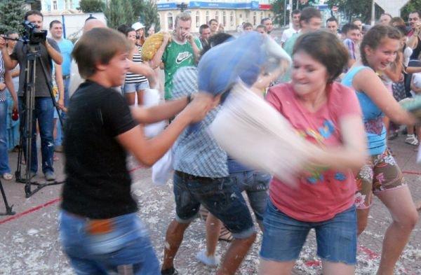 В центре Луганска прошло «подушечное побоище» (ФОТО, ВИДЕО), фото-5