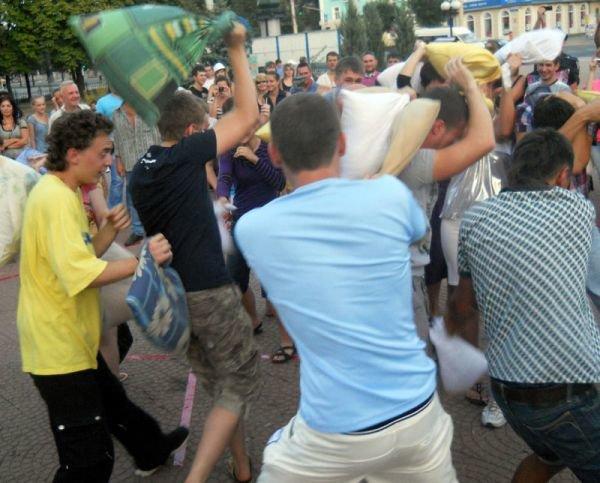 В центре Луганска прошло «подушечное побоище» (ФОТО, ВИДЕО), фото-2