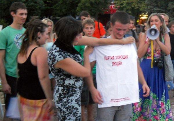 В центре Луганска прошло «подушечное побоище» (ФОТО, ВИДЕО), фото-8