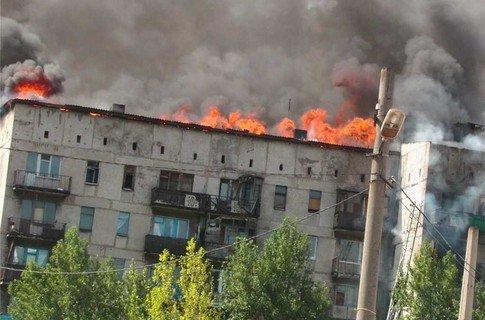 В Енакиево сгорела девятиэтажка. Люди, спасаясь, прыгали из окон, фото-1