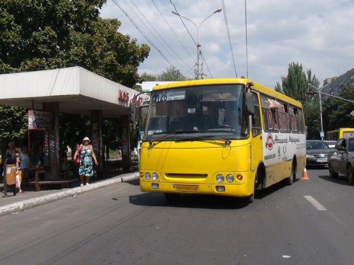 В Мариуполе два пассажирских автобуса не поделили остановку (Добавлены ФОТО), фото-8