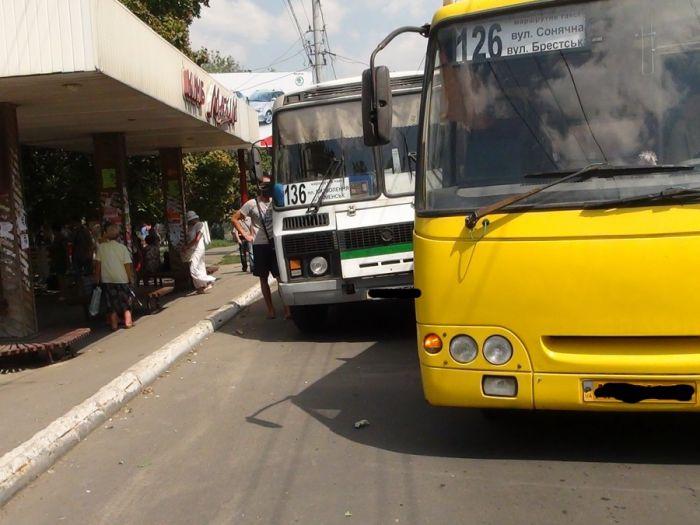 В Мариуполе два пассажирских автобуса не поделили остановку (Добавлены ФОТО), фото-2
