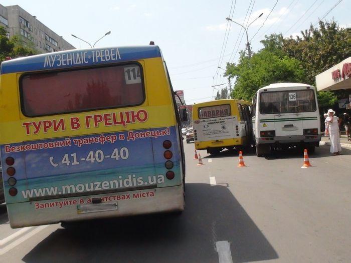 В Мариуполе два пассажирских автобуса не поделили остановку (Добавлены ФОТО), фото-1