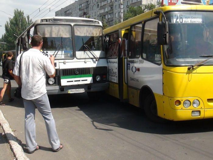 В Мариуполе два пассажирских автобуса не поделили остановку (Добавлены ФОТО), фото-9