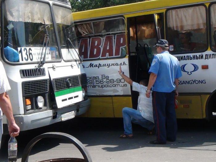 В Мариуполе два пассажирских автобуса не поделили остановку (Добавлены ФОТО), фото-10