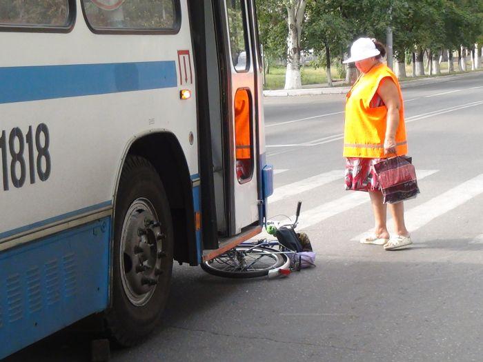 В Мариуполе «рогатый» начал бодаться. Сбил молодую велосипедистку (ФОТО), фото-3
