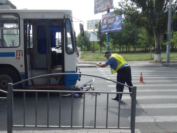 В Мариуполе «рогатый» начал бодаться. Сбил молодую велосипедистку (ФОТО), фото-8