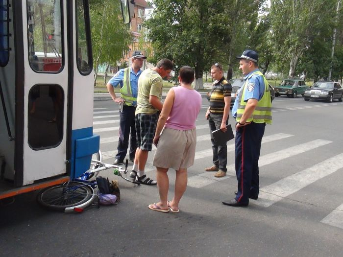 В Мариуполе «рогатый» начал бодаться. Сбил молодую велосипедистку (ФОТО), фото-5