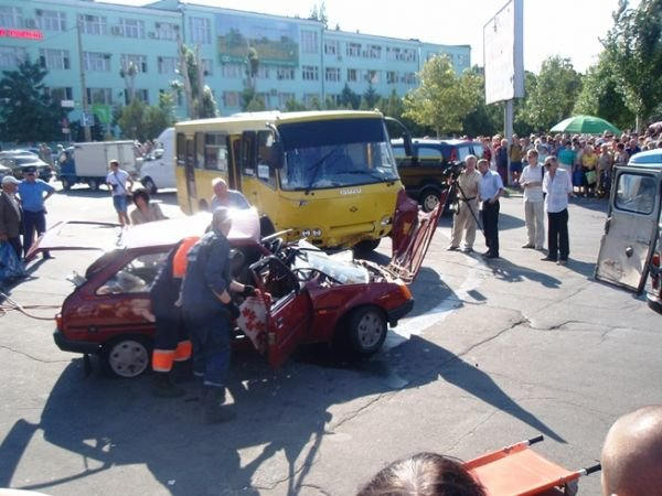 Автобус протаранил «легковушку», фото-1