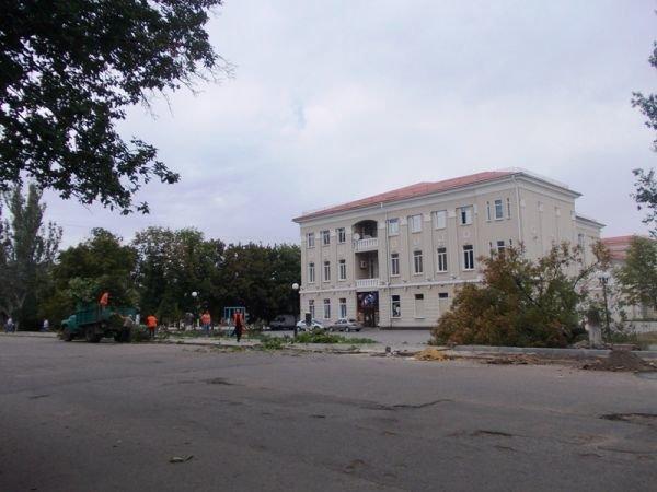 В центре Артемовска пилят каштаны. Продолжается реконструкция площади Свободы (ФОТО), фото-1