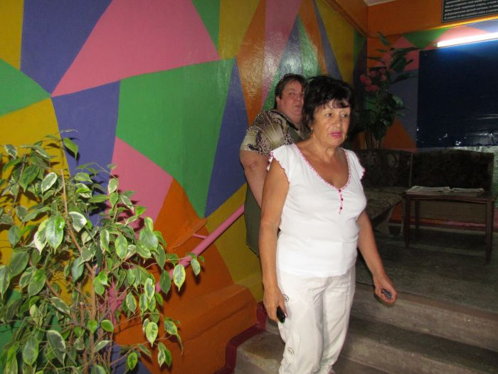 Фантазия без границ: мариупольцы «оборудовали» подъезд диванами, пальмами и консьержем (ФОТО), фото-6