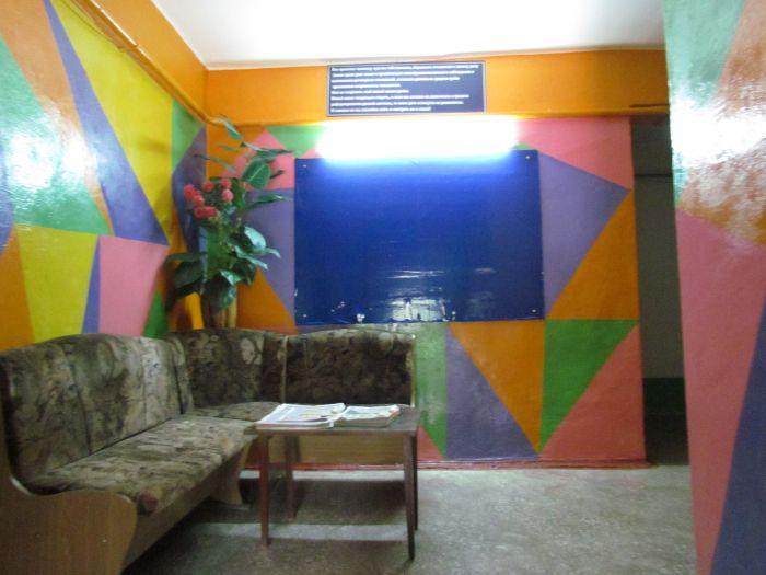Фантазия без границ: мариупольцы «оборудовали» подъезд диванами, пальмами и консьержем (ФОТО), фото-5