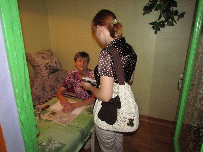 Фантазия без границ: мариупольцы «оборудовали» подъезд диванами, пальмами и консьержем (ФОТО), фото-2