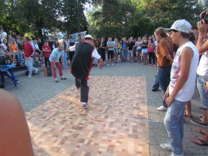 В Мариуполе молодежь «зажгла» театральный сквер танцами (ФОТО), фото-5