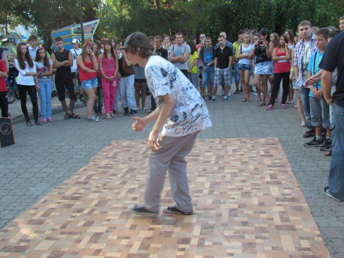 В Мариуполе молодежь «зажгла» театральный сквер танцами (ФОТО), фото-4