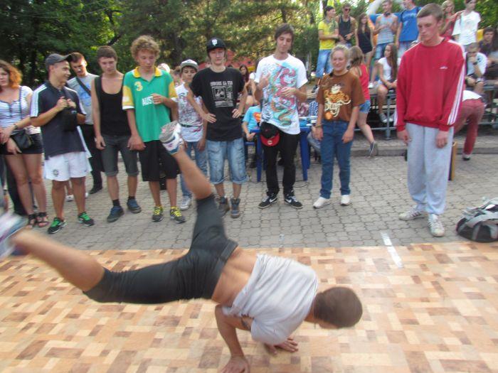 В Мариуполе молодежь «зажгла» театральный сквер танцами (ФОТО), фото-6