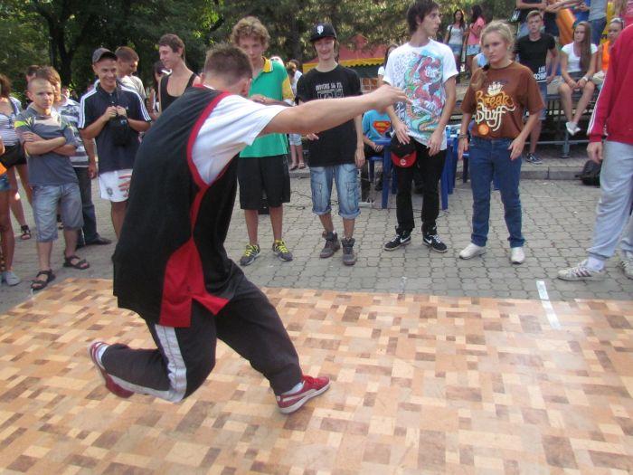 В Мариуполе молодежь «зажгла» театральный сквер танцами (ФОТО), фото-7