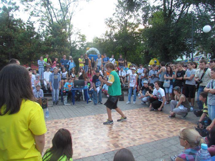 В Мариуполе молодежь «зажгла» театральный сквер танцами (ФОТО), фото-2