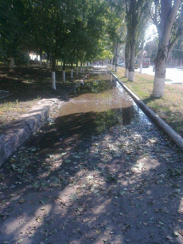 Невысыхающая лужа! Мариуполь уже забыл о дожде, а вот о луже забыть никак не может (Фотофакт), фото-1