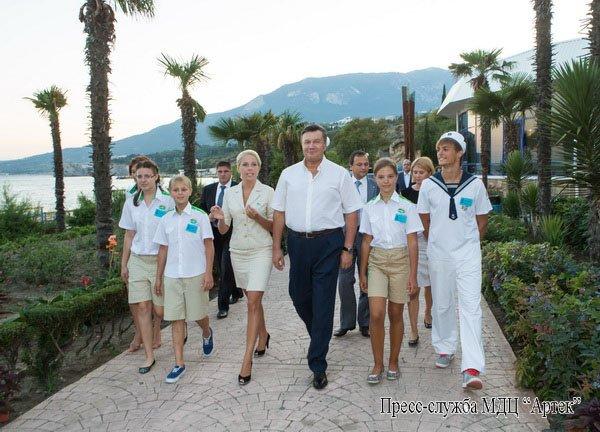 В Крыму Янукович рассказывал детям, как стать президентом (фото), фото-2