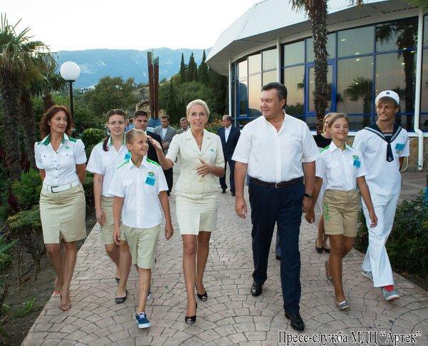 В Крыму Янукович рассказывал детям, как стать президентом (фото), фото-1