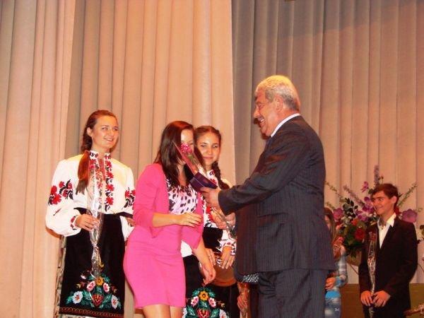В Артемовске на сцене ДК торжественно вручили паспорта тем, кто родился в преддверии праздника независимости, фото-2