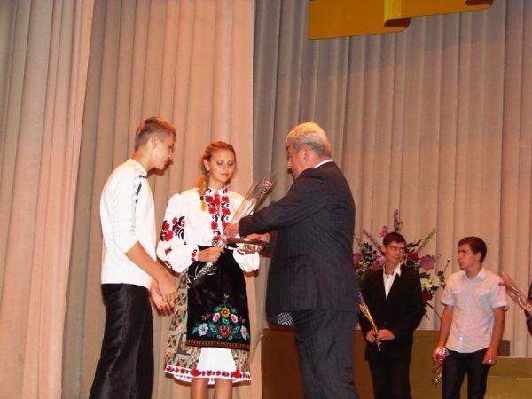 В Артемовске на сцене ДК торжественно вручили паспорта тем, кто родился в преддверии праздника независимости, фото-1