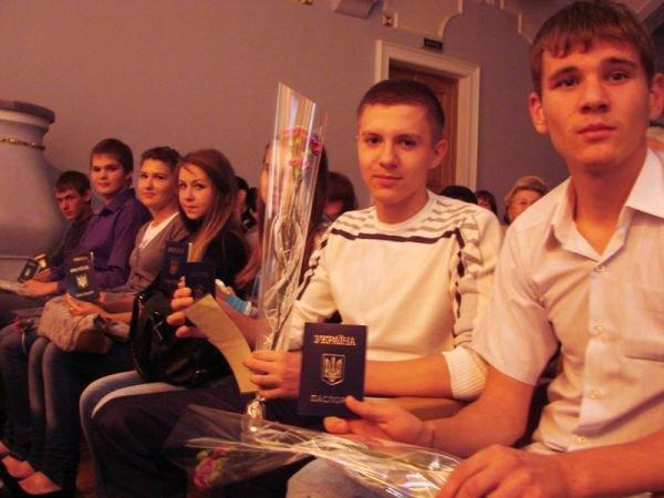 В Артемовске на сцене ДК торжественно вручили паспорта тем, кто родился в преддверии праздника независимости, фото-4