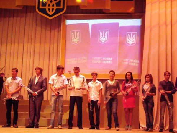 В Артемовске на сцене ДК торжественно вручили паспорта тем, кто родился в преддверии праздника независимости, фото-3