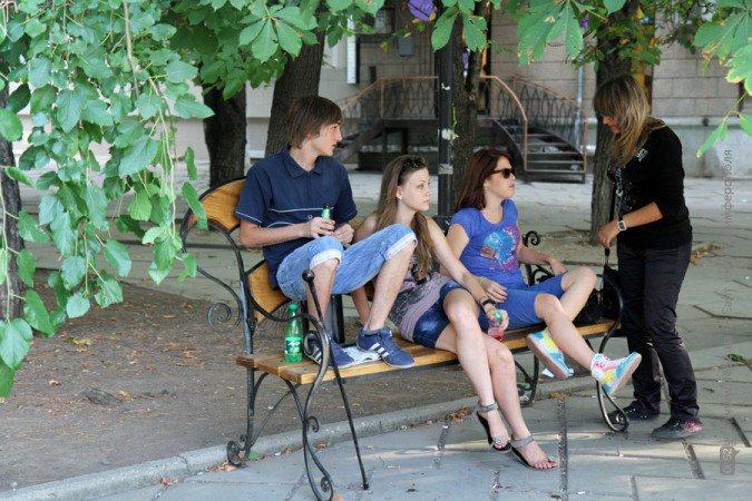 Молодые симферопольцы вытирают ноги о томик Пушкина, а цилиндр Онегина используют как табурет (фото), фото-2